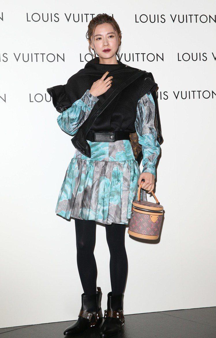 林予晞穿荷葉邊披肩背心15萬9,000元、印花連身裙 21萬8,000元、Rha...