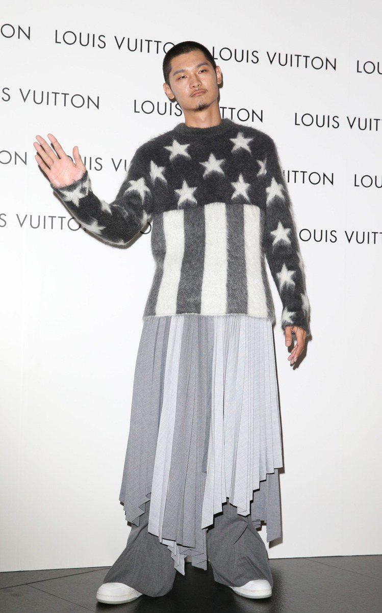 Leo王演繹美國國旗馬海毛提花圓領衫39,700元、百褶裙18萬2,000元、特...