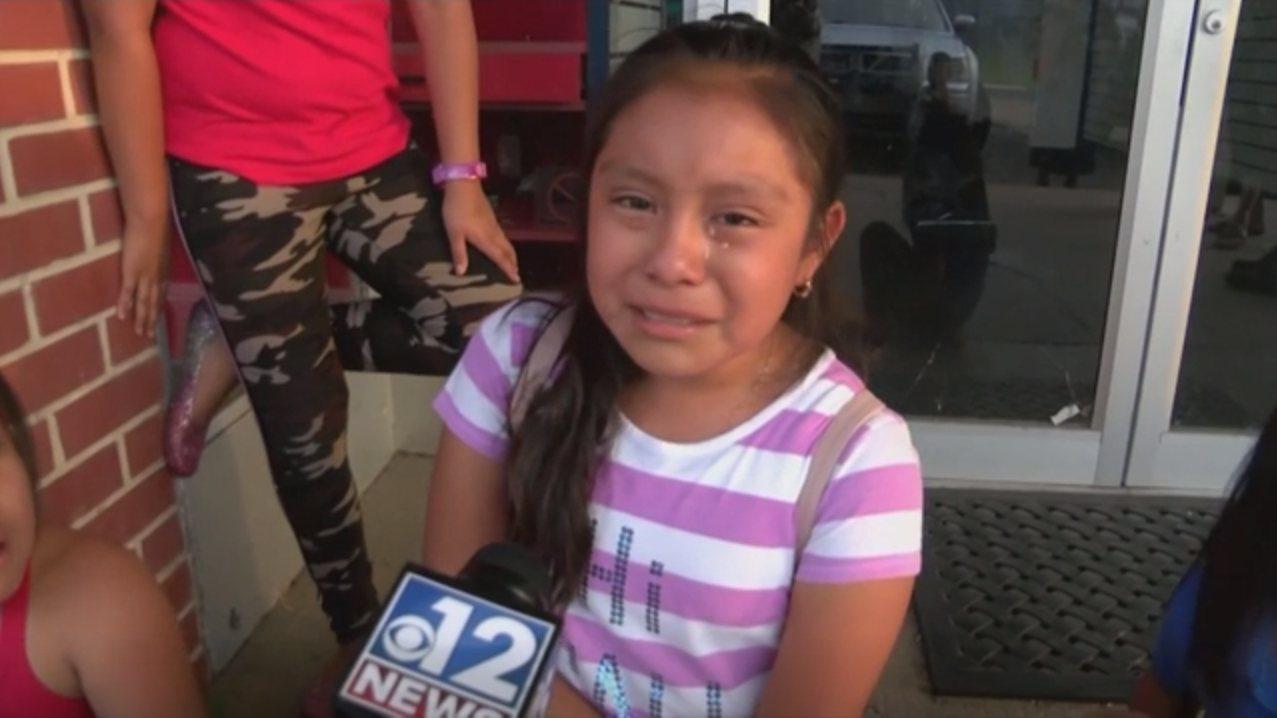 美國移民及海關執法局探員7日大舉突檢密西西比州多家食品加工廠,一名11歲女孩在媒...