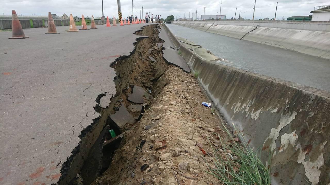 嘉義縣鴨母寮大排牛挑灣段防汛道路,今天上午出現60公尺坍塌。記者卜敏正/攝影