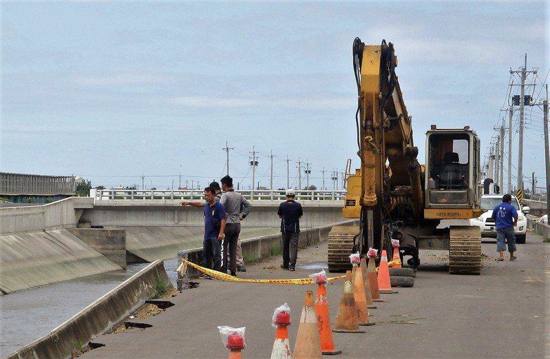 縣府緊急調運鋼板樁到場打設,避免災害面積擴大。記者卜敏正/攝影
