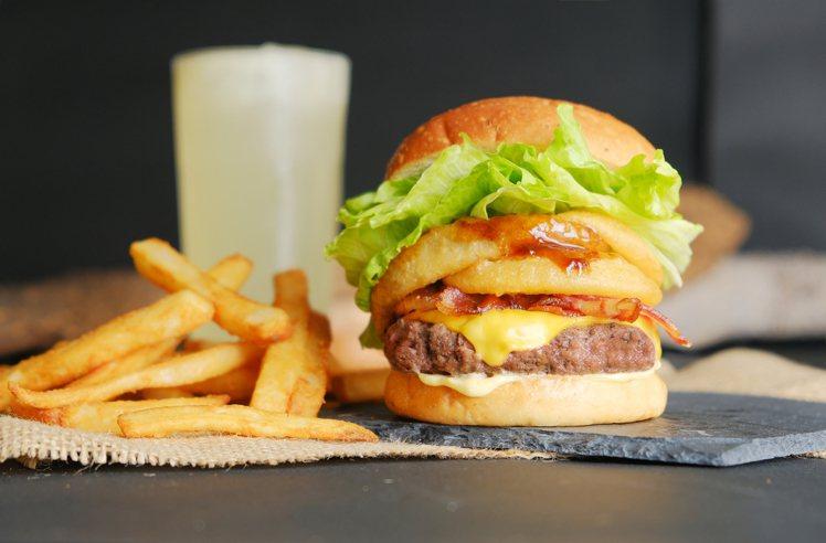 樂檸漢堡「煙燻BBQ蔥圈大俠牛堡」新品嚐鮮價139元。圖/樂檸漢堡提供