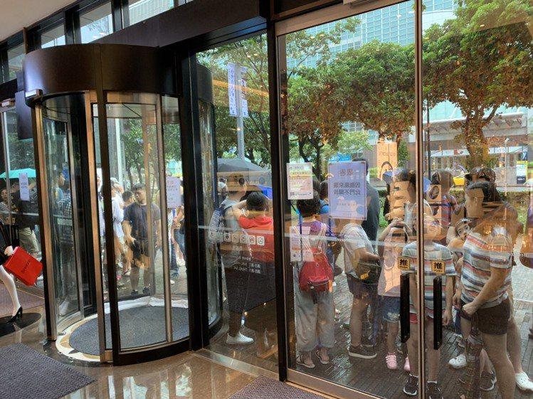 微風南山入口處擠滿大批民眾等待入場。圖/微風集團提供