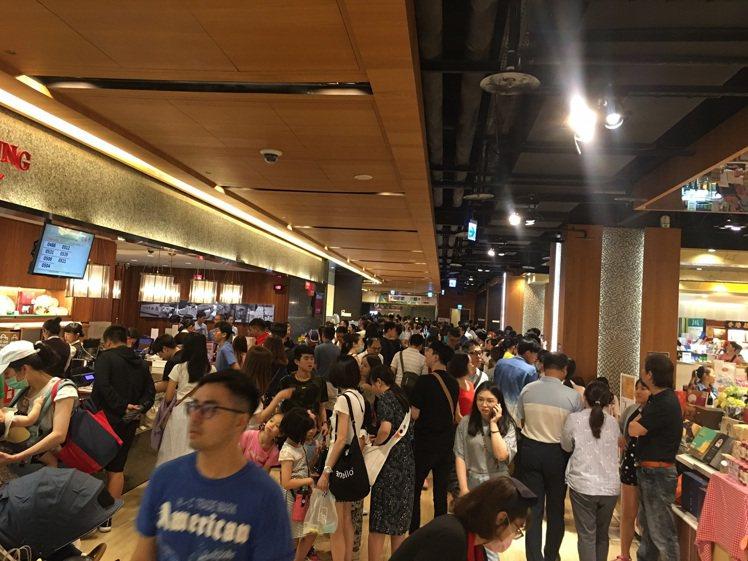 雙北市放颱風假,板橋大遠百湧進大量人潮。圖/遠東百貨提供
