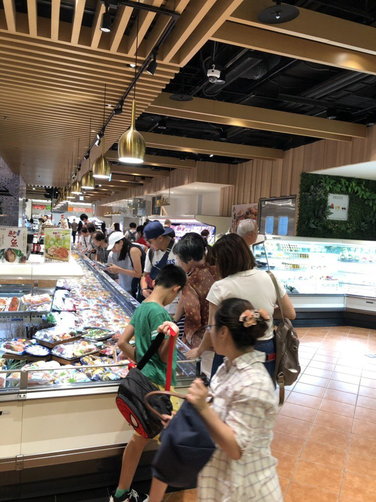 微風超市出現排隊人龍,大量採購新鮮食材。圖/微風集團提供