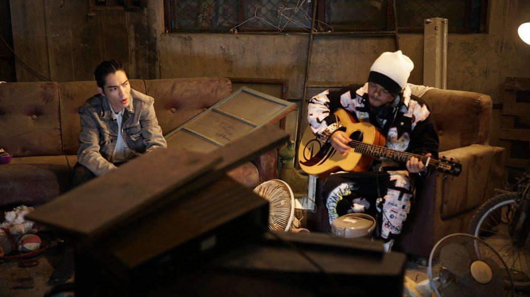 黃明志與蕭敬騰合作新歌「流浪狗」,為浪浪發聲。圖/亞洲通文創提供