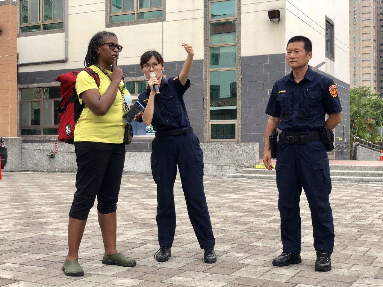 台南市警四分局同仁從勇敢開口說、生澀結巴,再到錄下自己發音,反覆正音、背誦,如今...