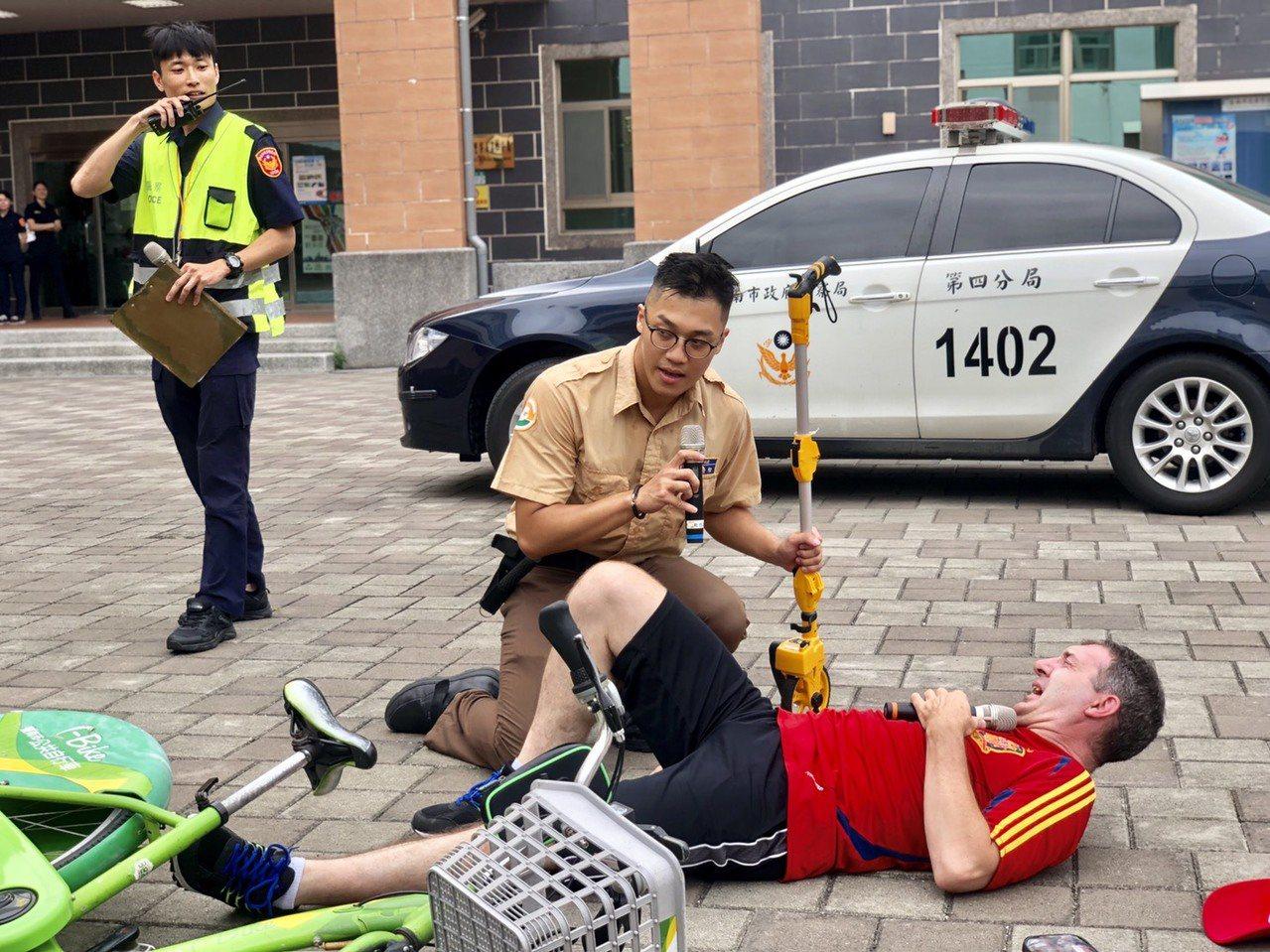 「我的腿好痛!可能斷了」,「放輕鬆!不要動!救護車很快就會到」,現場模擬交通意外...
