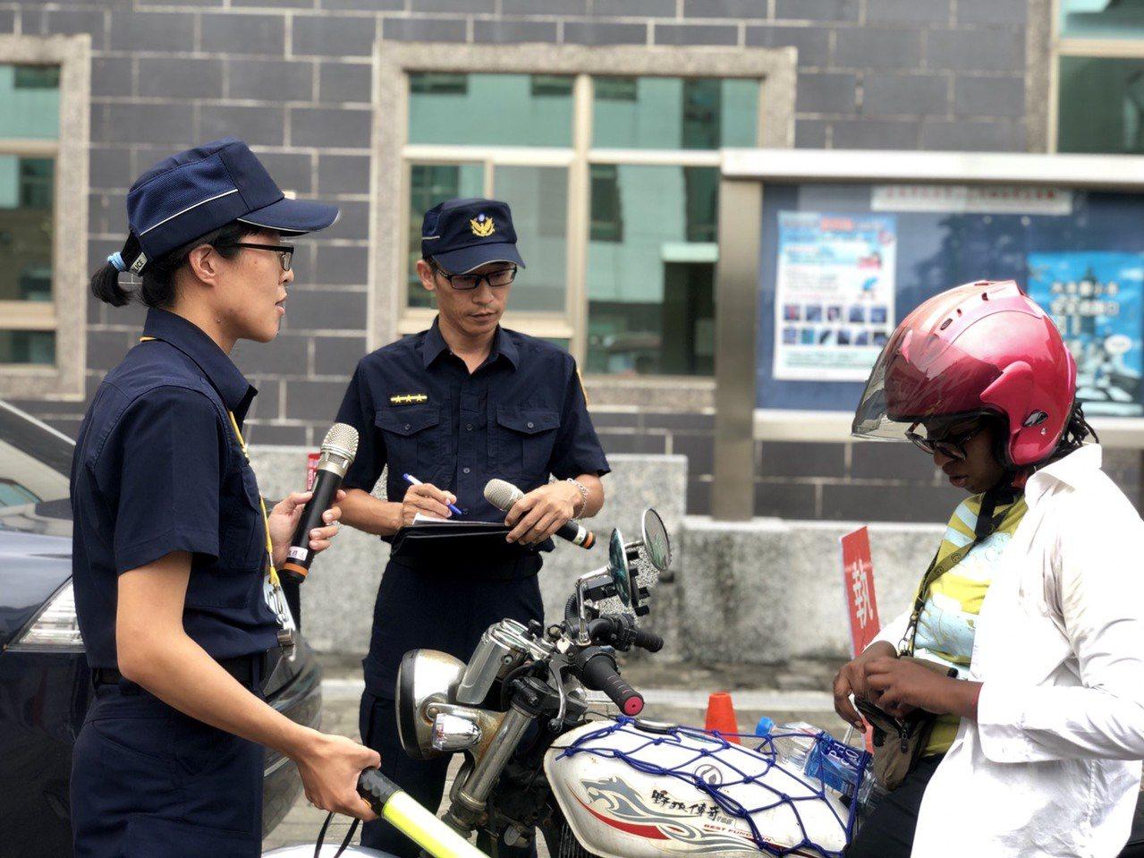 台南市西門國小專業英語教學團隊,結合實際工作狀況編排教材,讓員警不再恐懼英語而能...