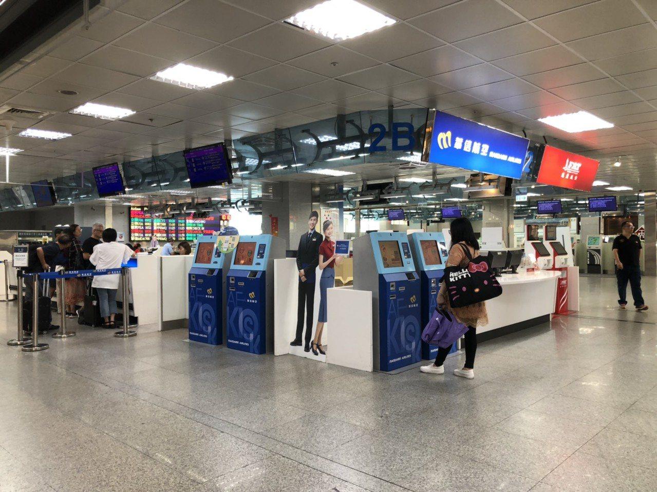 因應利奇馬颱風,今天台金航班的異動不少,讓每逢週五都很熱鬧的尚義機場,頓時冷清了...