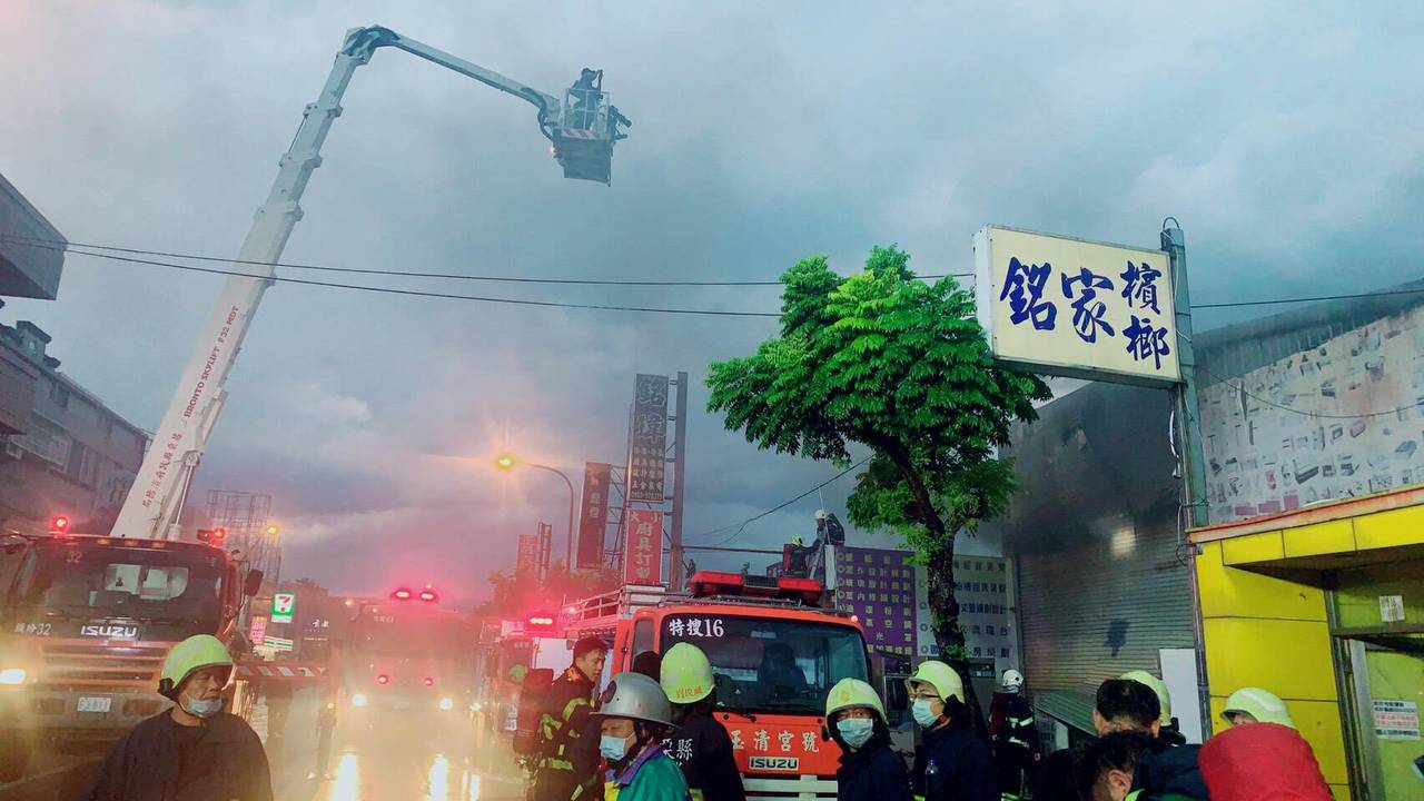 苗栗市玉清路一間廚具行鐵皮屋傍晚發生大火。圖/民眾提供