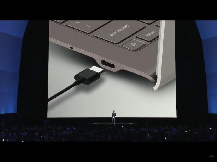 Galaxy Book S左右皆有一個Type-C,甚至還保留了MicroSD插...