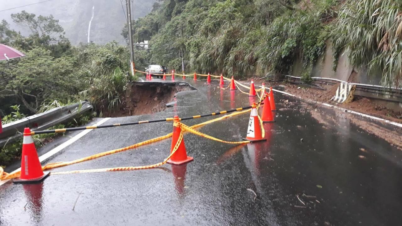 苗栗縣南庄鄉苗21線道路下午4點多發現東河村路段出現路基坍塌,目前道路暫時封閉。...