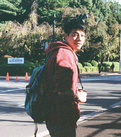 工業設計系畢業的劉哲瑋,花一年半時間錄取司法四等書記官。 圖/劉哲瑋提供
