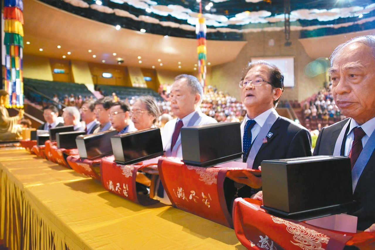 佛光山「穿越時空.法寶再現」大藏經系列活動昨天開幕,信眾代表手捧藏經參與盛會。 ...