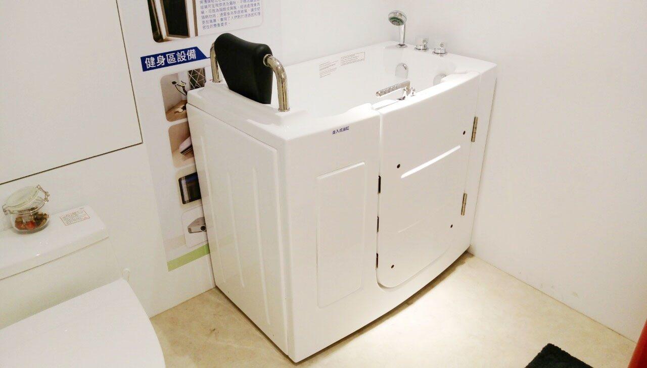高雄智慧宅「走入式浴缸」提供高齡長輩安全泡澡空間。圖/高雄市工務局提供
