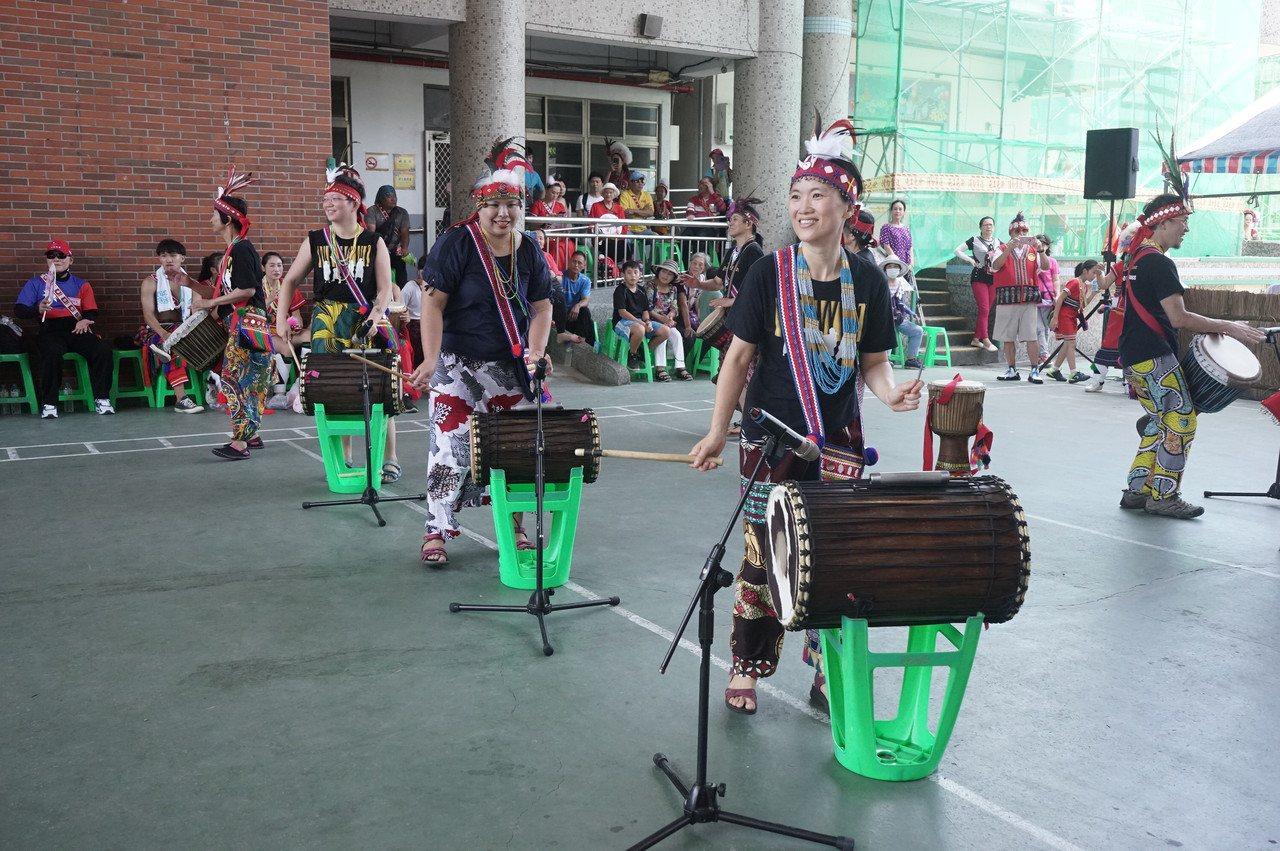 來自台北的「啪哩啪哩」非洲鼓舞團今在花蓮市阿美族吉寶竿部落豐年祭演出,與阿美族樂...