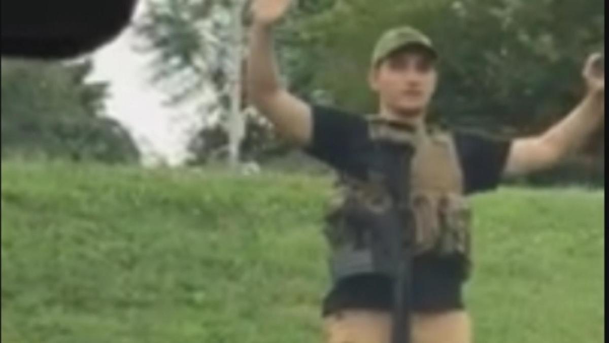 一名男子全副武裝走進密蘇里州沃爾瑪,造成顧客驚慌,警察也趕到現場。圖為他高舉雙手...