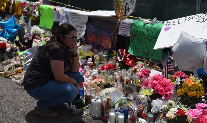 艾爾帕索(El Paso)沃爾瑪賣場槍擊造成22人死亡,民眾到場獻花哀悼。 路透...