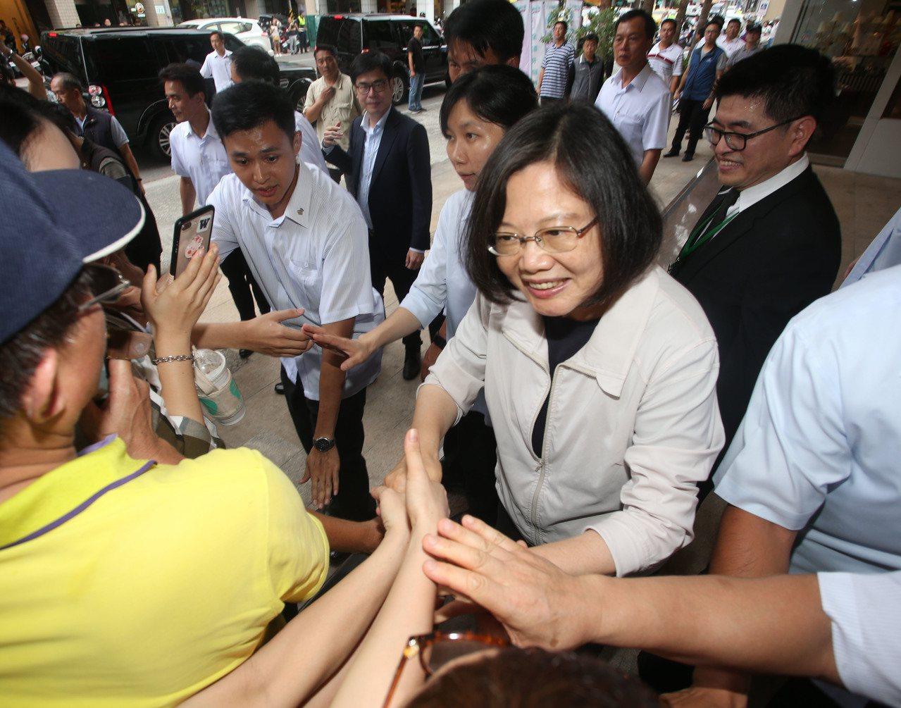 蔡英文總統今天南下出席「南台灣牙醫界蔡英文連任後援會」,受到許多支持者熱烈歡迎。...