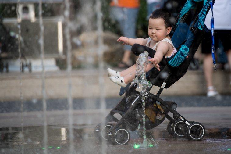 孩童在噴泉中遊玩,非本新聞當事人。中新社
