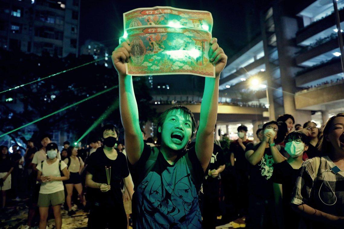 「林鄭月娥,來領收啊!」2019年8月9日,香港九龍黃大仙的香港警察宿舍外,聚集...