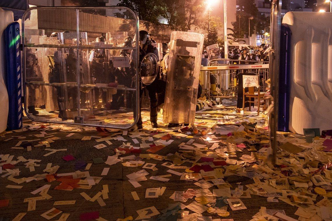 過程中,香港警隊雖然派出了鎮暴警察協同警犬「前往關切」,但一時之間也不知道該拿這...