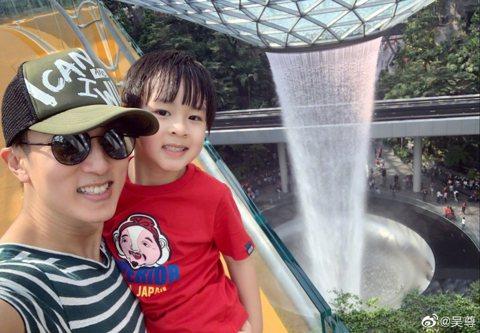吳尊2年前帶著女兒Nei Nei、兒子Max參加大陸真人秀「爸爸去哪兒5」 後,一雙兒女活潑可愛,萌翻所有粉絲,更成功讓他成為男人的典範和女人心中的模範丈夫,近日他帶著NeiNei、Max到新加坡遊...