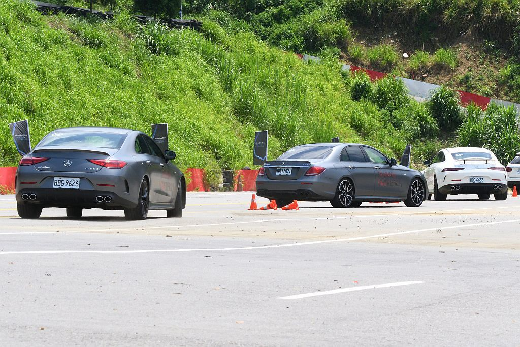透過一般道路行駛、繞錐、麋鹿測試等課程,直接感受這三款AMG新車的差異。 圖/台...