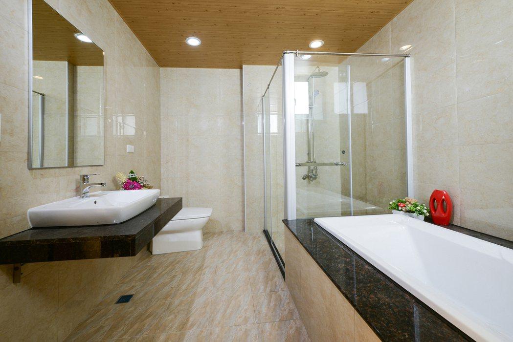 「金湖邨」三樓主臥乾濕分離衛浴設備。圖片提供/佐伯建設