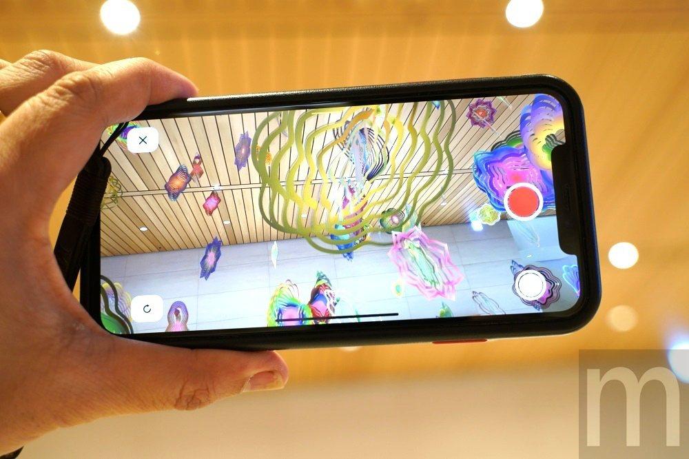 由於是以擴增實境形式呈現,使用者可以透過手機觀看作品不同角度呈現面貌,或是進行拍...