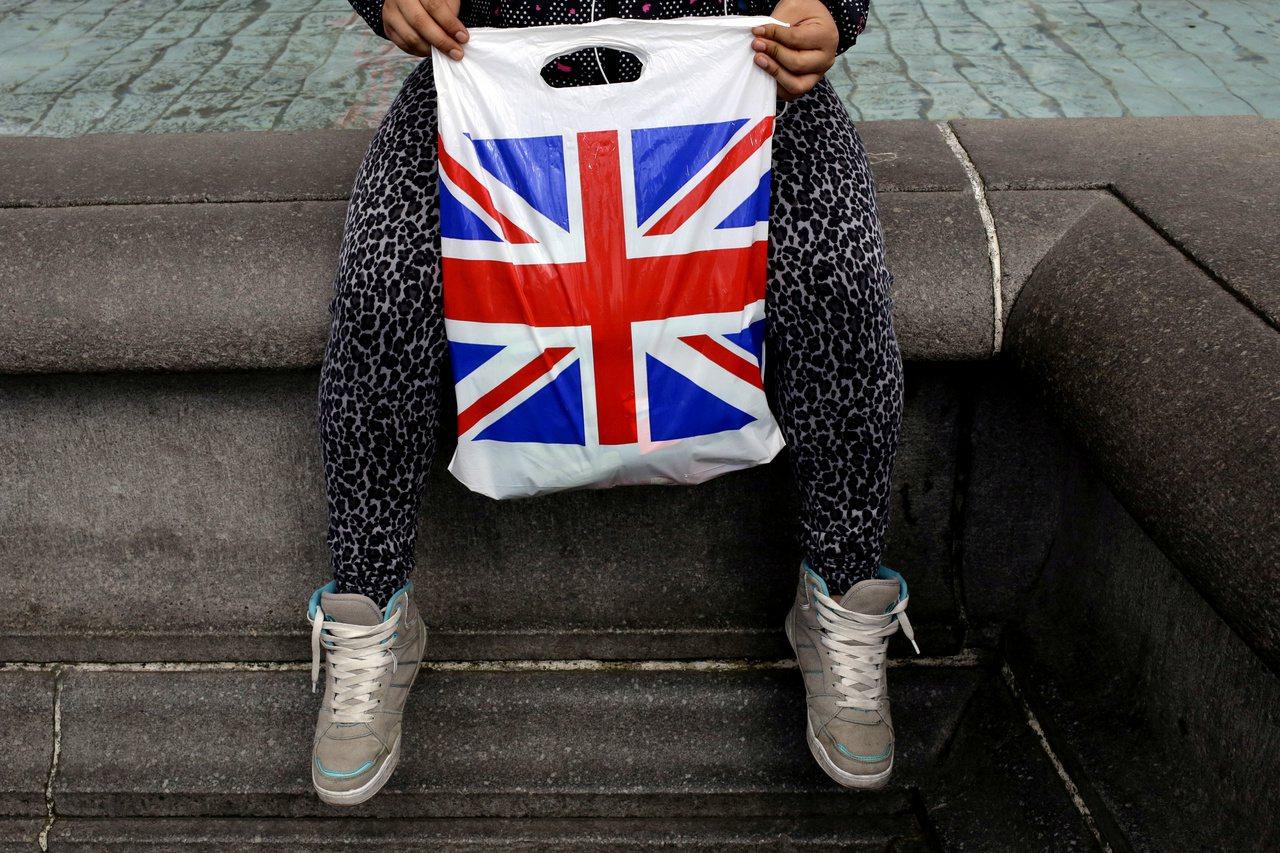 英國人今年夏天估計購買逾5000萬件只穿一次的新衣。路透