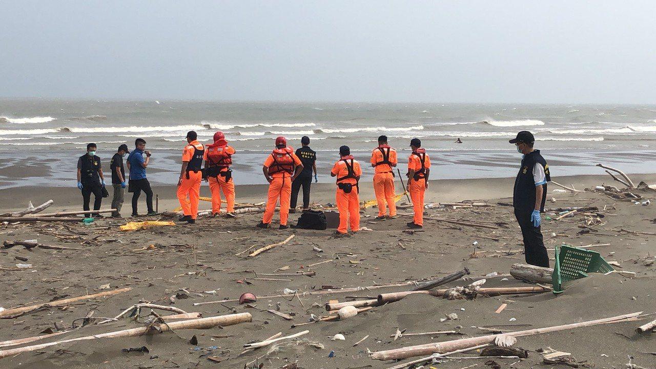 苗栗縣後龍外埔港北方的海灘,上午發現一具男屍。圖/民眾提供