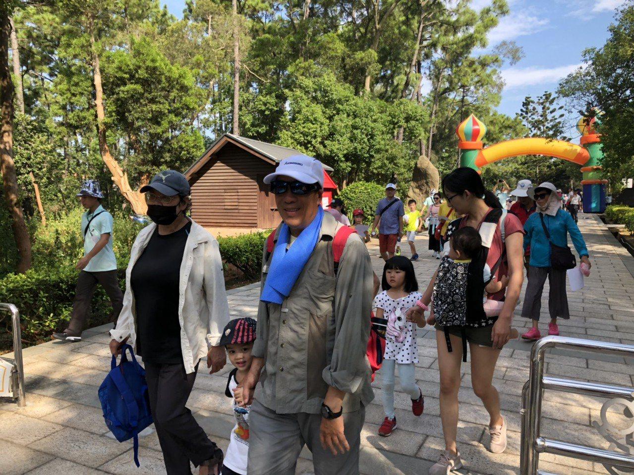 金門國家公園舉辦「三代同堂漫步中山林」活動,民眾都扶老攜幼來參加,相當開心。記者...
