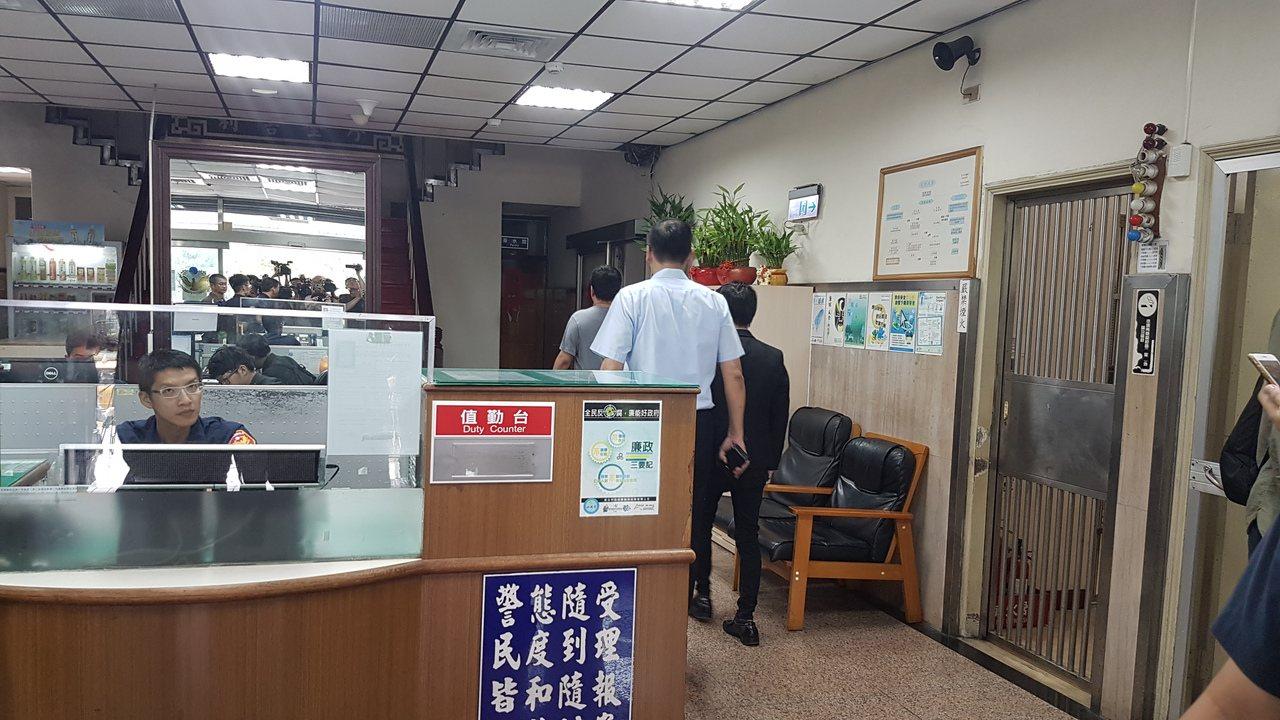 香港經貿文辦收到騷擾包裹,裝有用紅色油漆製成的「血衣」及紙錢,警方查出寄件者是林...