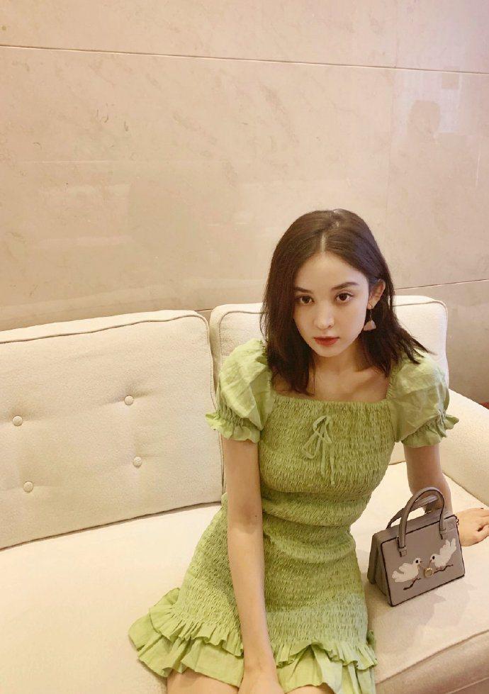 古力娜扎以清爽翠綠裙裝搭配大陸限定Postal比翼雙飛款,展現迷人的夏日氣息。圖...