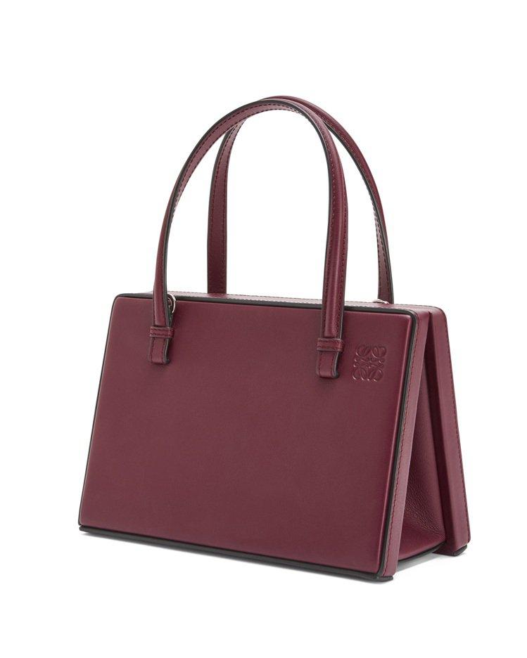 Postal酒紅色肩背提包,售價81,000元。圖/LOEWE提供