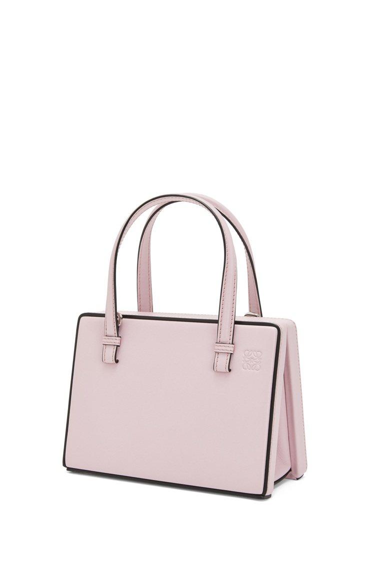 Postal粉色肩背提包,售價81,000元。圖/LOEWE提供