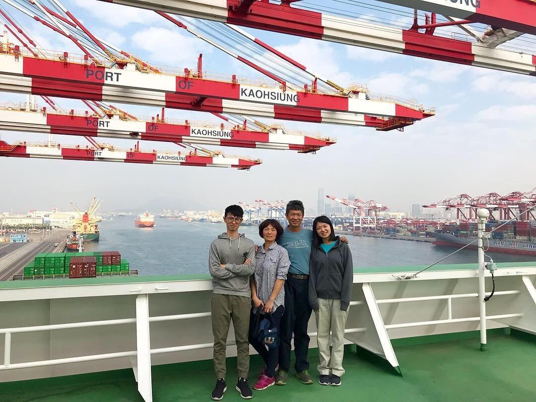 林佩璇(右一)在船上實習照片。 圖/交通部航港局提供