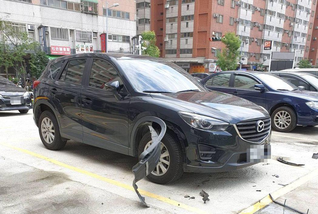 54歲張姓車主將轎車停放在台中市太平區一處私有停車場內,竟遭狗破壞右前車輪的輪眉...