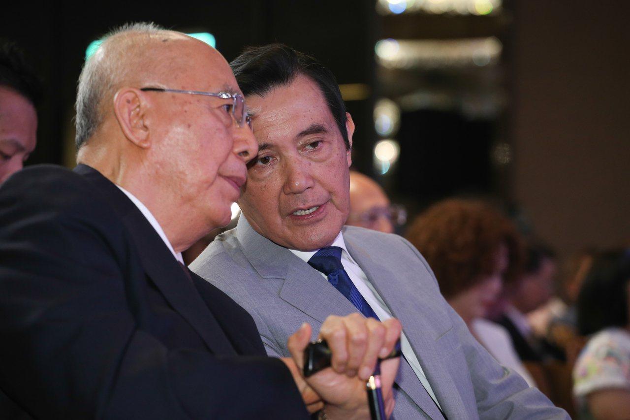 前總統馬英九(右)與國民黨前主席吳伯雄(左)出席肝病防治學術基金會25周年慶。記...