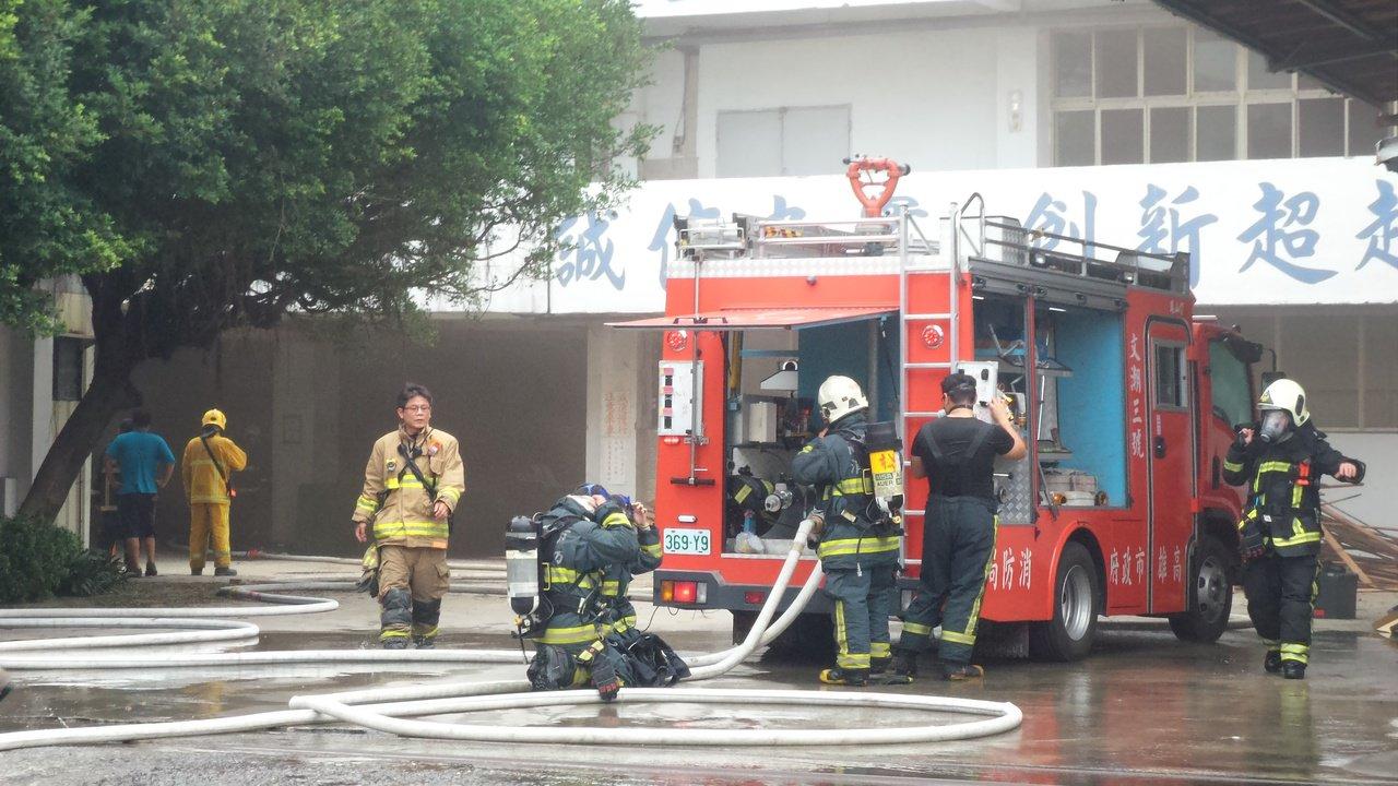 高雄市鳳山區食品工廠今天下午發生火警,消防隊員滅火後,現場仍瀰漫惡臭。記者林保光...