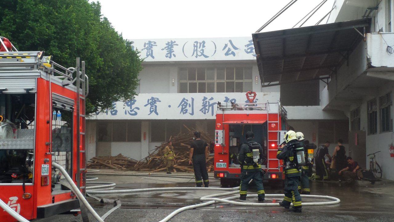 高雄市鳳山區食品工廠今天下午發生火警,消防隊員搶入廠房滅火。記者林保光/攝影