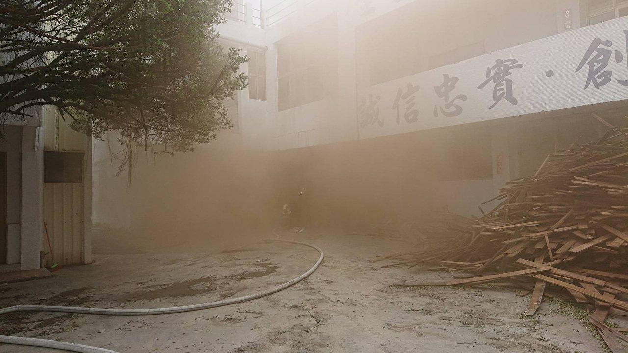 高雄市鳳山區食品工廠今天下午發生火警,濃煙自地下室竄出。記者林保光/翻攝
