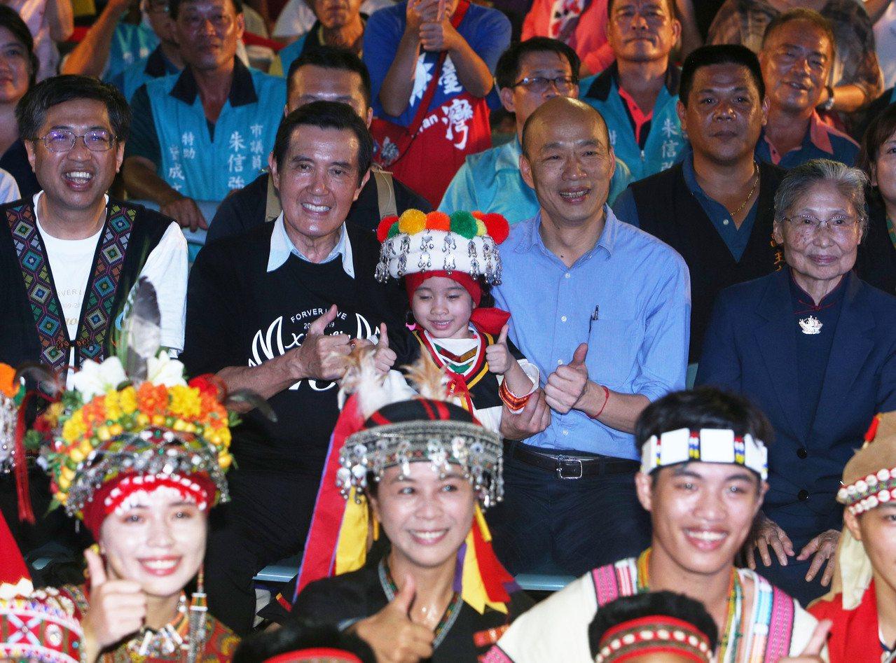 本8日莫拉克風災10周年,前總統馬英九(後排左二)、高雄市長韓國瑜(後排左三)出...