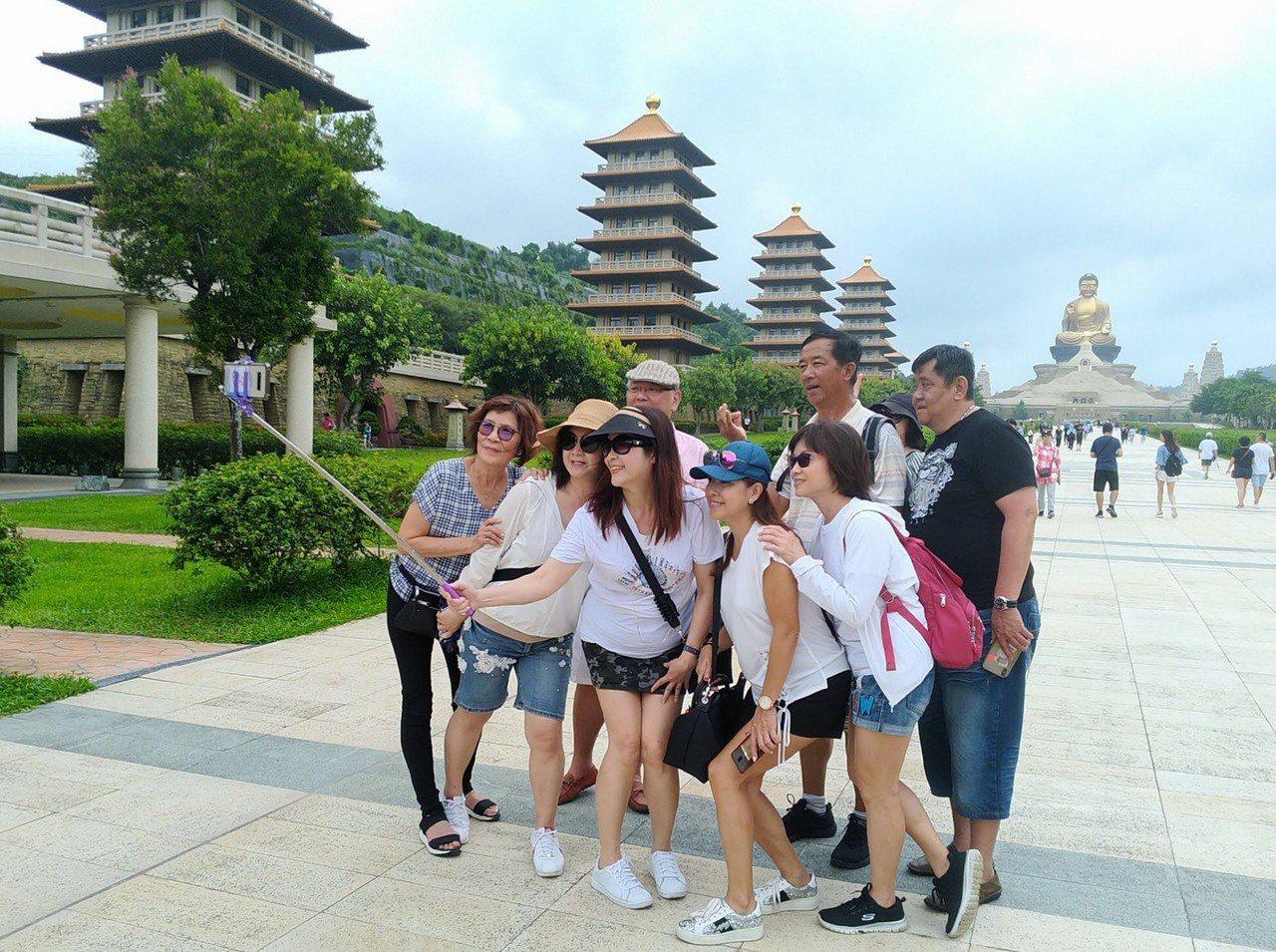 由高雄農業局安排的一日農夫旅遊行程,還到「佛陀紀念館」,肅穆氣氛與莊嚴大佛的相互...