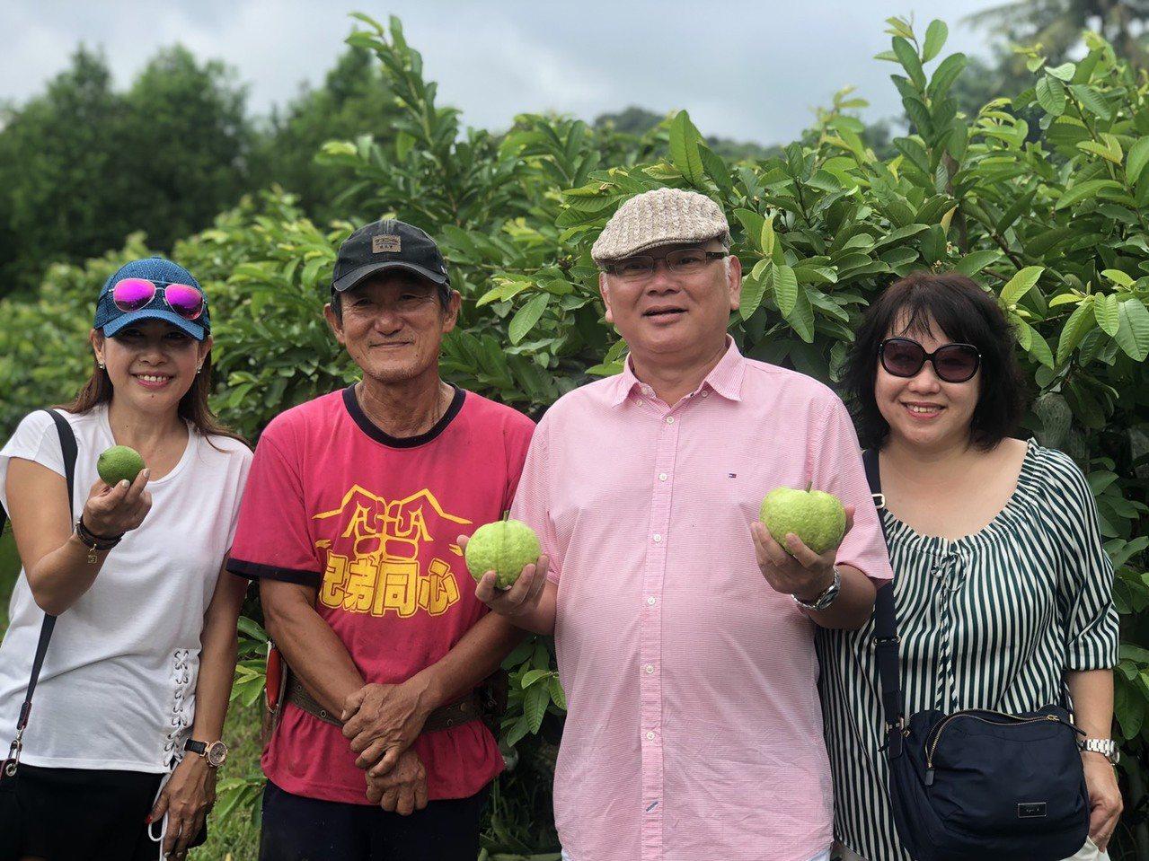 由Steven Lin(右二)帶隊的一行18人,深入高雄農村,體驗一日農夫的精彩...