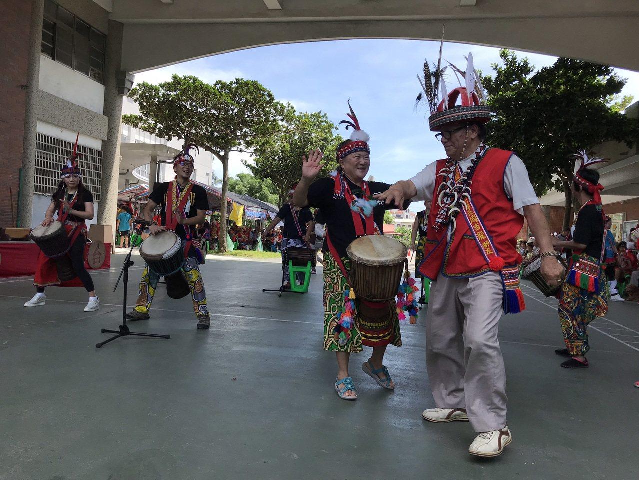 來自台北的「啪哩啪哩」非洲鼓舞團今在花蓮市阿美族吉寶竿部落豐年祭演出,部落族人大...