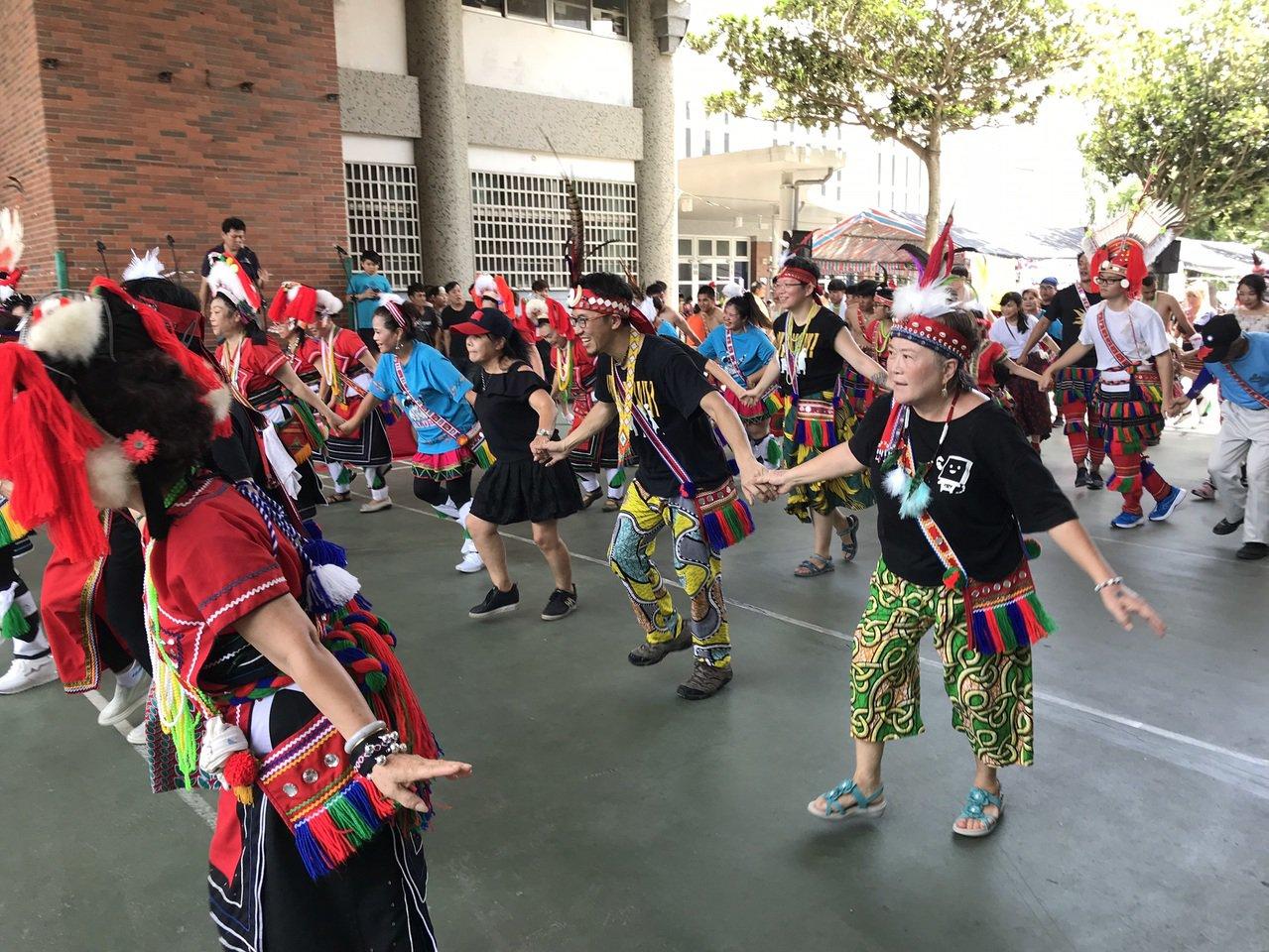 來自台北的「啪哩啪哩」非洲鼓舞團今在花蓮市阿美族吉寶竿部落豐年祭演出,也與部落族...