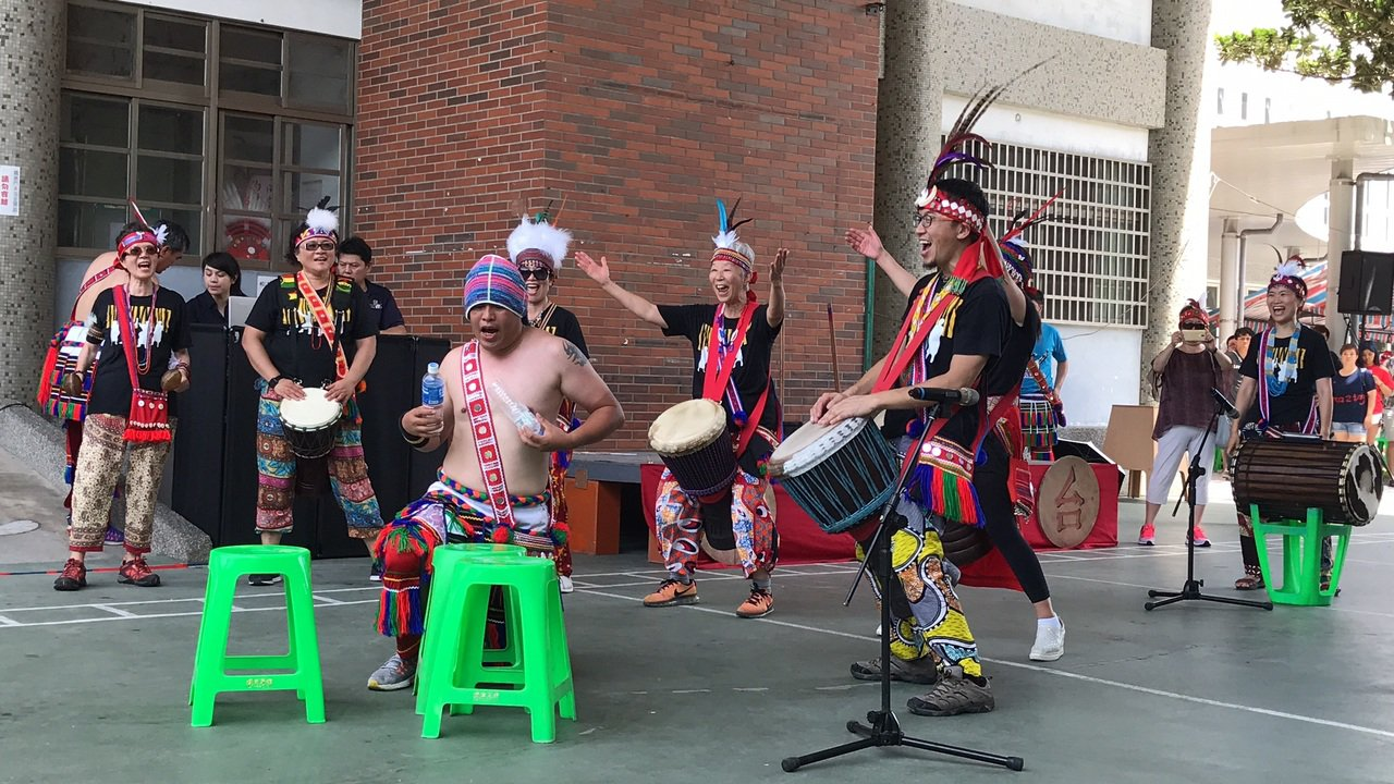 來自台北的「啪哩啪哩」非洲鼓舞團今在花蓮市阿美族吉寶竿部落豐年祭演出,部落族人拿...